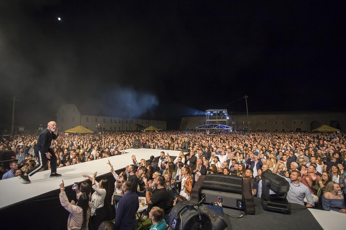 Maestralni koncert neprikosnovenog Dine Merlina u Slavonskom Brodu oduševio publiku