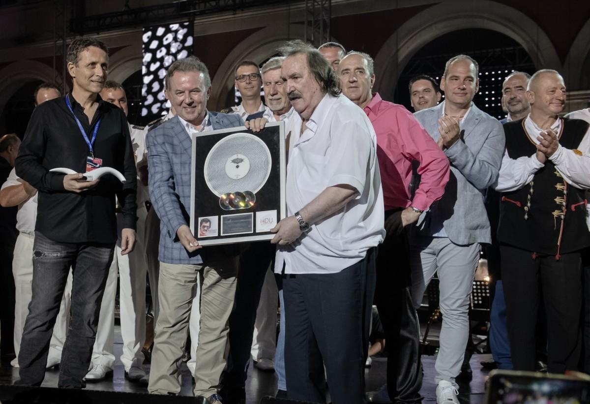 Miši Kovaču dodijeljeno priznanje za najtiražnijeg pjevača u povijesti hrvatske glazbe!