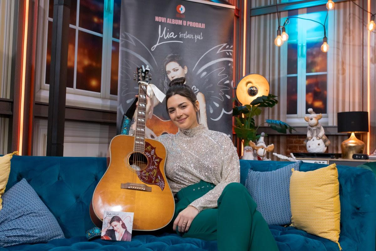 """Nakon još jednog trijumfa u rasprodanom Lisinskom, Mia Dimšić u studiju Croatia Recordsa predstavila novi album """"Sretan put"""""""