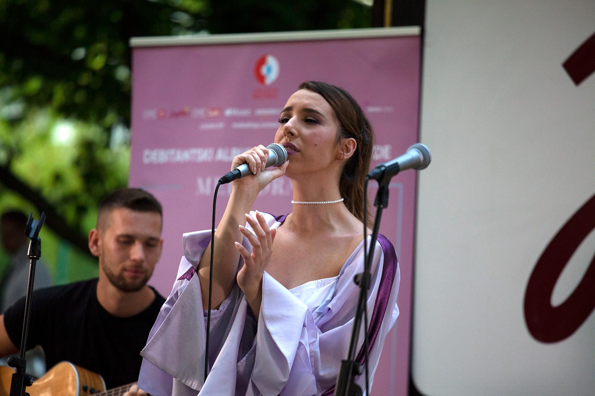 """Nela predstavila svoju """"Melodramu"""" intimnom mini akustičnom svirkom"""
