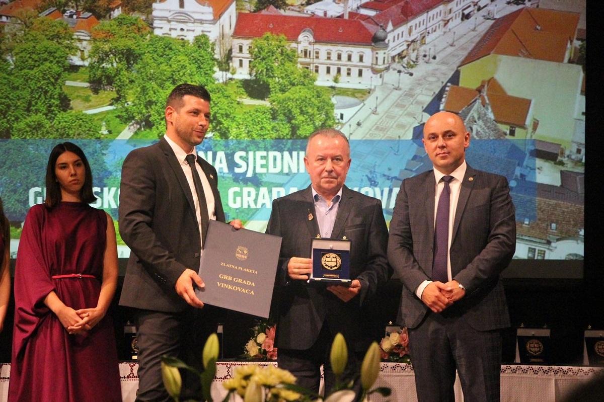 """Želimir Babogredac, direktor diskografske kuće Croatia Records, dobitnik je Zlatne plakete """"Grb Grada Vinkovaca"""" 2021."""